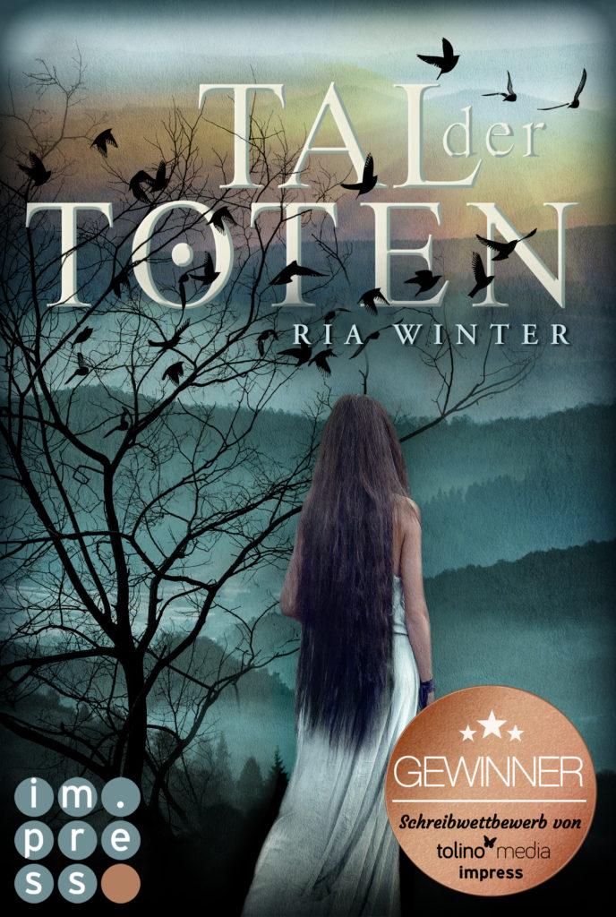 Cover von Tal der Toten: ein Mädchen mit langen Haaren von hinten, vor dem Hintergrund von nebelverhangenen Bergen und einem einsamen Baum